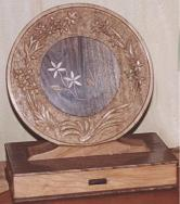 Round with drawer - Marquetry and bas-relief with leaves and daisies. The base is a jewelry box drawer. Woods: chestnut, mulberry, hornbeam, mulberry and maple.